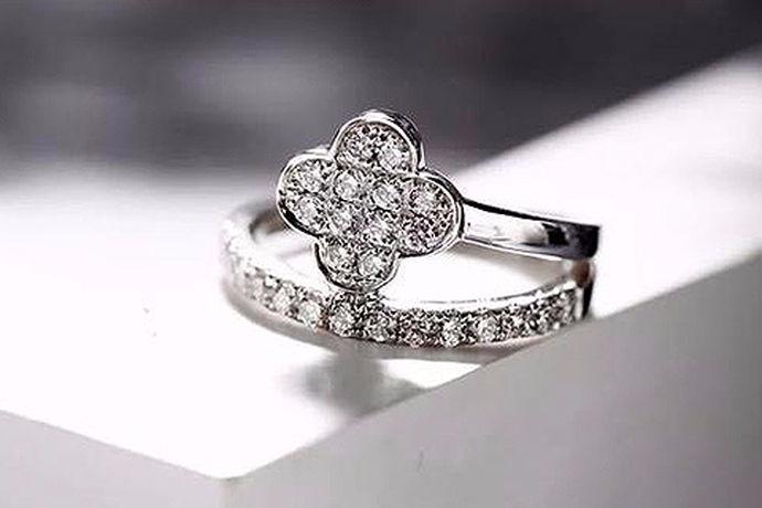 众所周知,在我们的日常生活中钻石戒指具有非常重要的意义。当一对情侣订婚或者结婚时,钻石戒指是必不可少的。但让很多情侣困扰的是,市面上钻石的仿冒技术很成熟,一不小心就会买到假的钻石。今天在这里,就教给大家怎样鉴别钻石的真假。