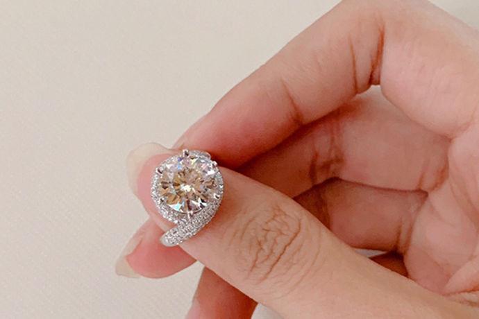 钻石作为一种常见的饰品受到广大人的青睐。一般来说,衡量钻石价格最重要的一个因素就是重量了。对于不同重量的钻石来说,它的价格也是不一样的。那么今天中国婚博会小编为您带来三克拉钻石价格多少钱?