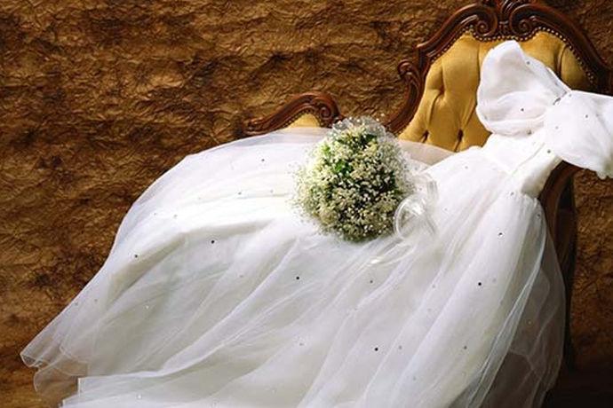 婚纱摄影是每对新人在结婚时都会做的一件事,而且将拍婚纱照定为结婚必做的事情。新人们在拍婚纱照时会有这样的疑问,婚纱照怎么选衣服。接下来,小编就给大家分享下拍婚纱照的服装选择小技巧。