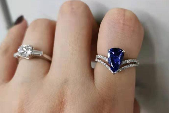 如今很多人都喜欢选择一枚漂亮的戒指来作为自己的装饰。但是戒指却不是随随便便都可以戴的,因为戴在每一个手指上都有它自己的含义,胡乱带的话,有可能会造成一些麻烦。但是有很多人只是想将戒指单纯的想做为一个饰品来佩戴。那么自己戴着玩戒指戴哪?