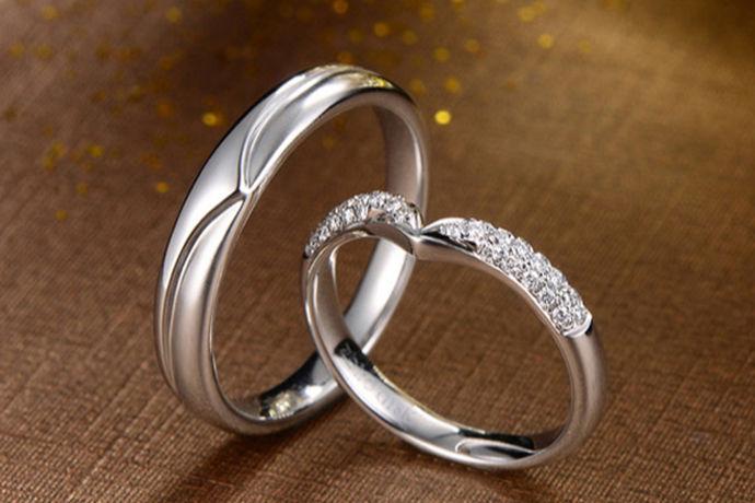 结婚对于我们每个人来说,都是这一生中最重要的事情,很多男孩子和女孩子都很期待自己的婚礼,准备婚礼的过程中其实很多新人都是事无巨细,把很多事想的都非常仔细,把很多细节都了解清楚之后,特别是在购买钻戒时候会更顺利。面对,关于钻戒的一些问题,很多人并不清楚,对戒和钻戒有什么区别?下面让小编来给大家介绍下吧!