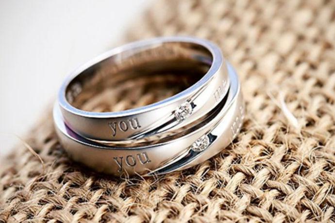生活中,情侣为了表达彼此之间的一种爱意,经常会购买一些小礼品送给自己的对方。比如说常见的就有情侣对戒,项链,手表等等。他们认为这些东西可以代表自己的心意。那么在生活中情侣对戒一般多少钱呢?