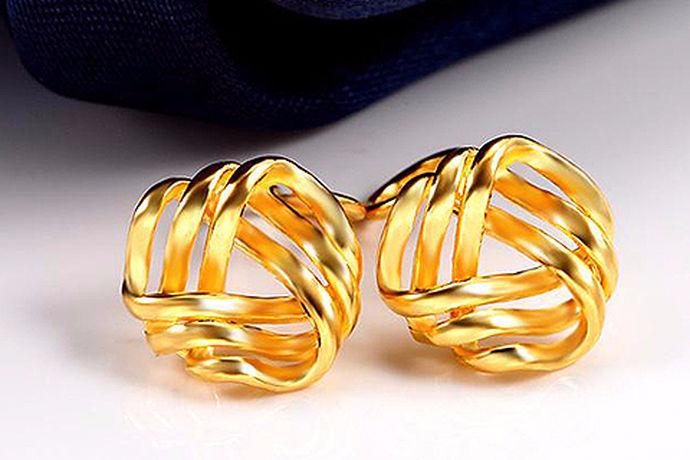 耳环又称耳坠,是古时候女子的饰物之一,常戴在耳朵的饰品。耳饰,多用金、银、玉石等制成。黄金耳环以光泽度高,成色好在市场上占比例较大,那黄金耳环多少钱呢?