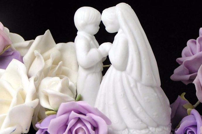 很多的准新娘们都盼望拥有一件属于自己的婚纱,但不管是买还是定制婚纱,价格始终是绕不过去的弯,于是租婚纱成了更多人的选择。但是,租婚纱的小技巧你知道吗?