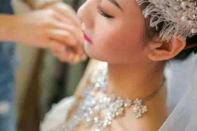 随着婚礼的临近, 每一位即将结婚的新娘都想以美丽迷人的身材参加婚宴。然而, 新娘妆的画法十分讲究。我们如何才能充分展现最迷人的一面?接下来, 我们将学习8个新娘妆的画法,使您在婚礼上成为最美丽的新娘!