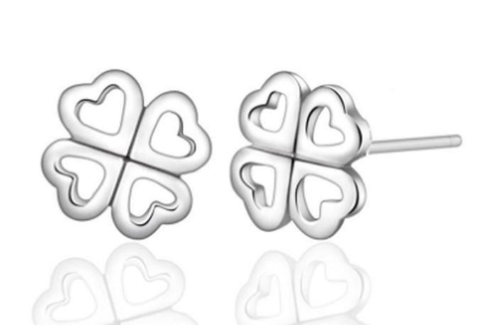 耳钉比耳环小,形如钉状,一般需要穿过耳洞才能戴上,造型千变万化,深受时尚女性的喜爱。耳钉的材质通常分为黄金,钻石和珍珠三大类,材质不同,价格也会自然不同。