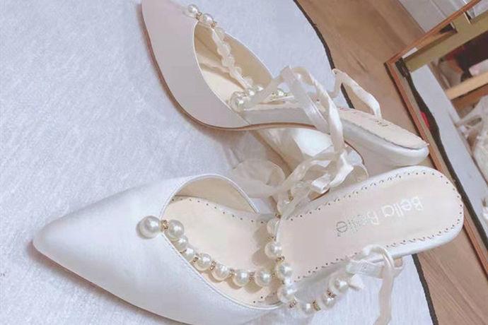 新娘婚鞋的颜色主要根据新娘婚纱礼服的颜色选择。如果新娘礼服是白色婚纱,可以选择白色、金色或银色的婚鞋。如果新娘礼服是秀禾服或者龙凤褂,则可以选择红色的婚鞋。