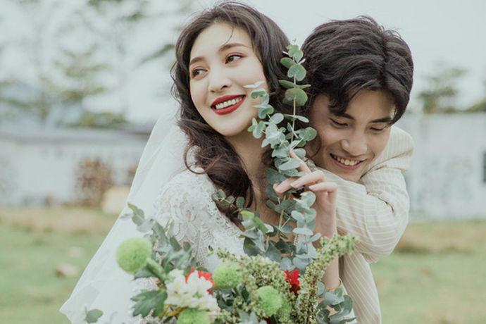 很多人拍摄婚纱照时,选择团购的方式价格较优惠。而喜欢去三亚拍婚纱照的新人已经开始关注三亚团购婚纱摄影哪家好?