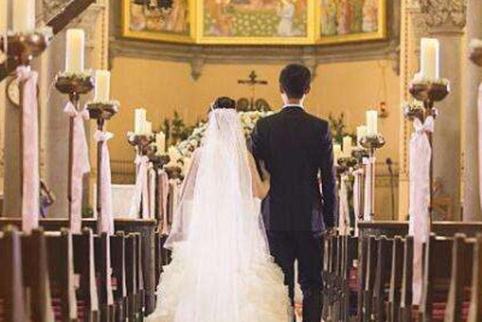 我们都知道,对于婚礼来说,每个人都是非常的向往的,人的一生可能就会只有一次婚礼。但是对于大部分的西式婚礼,教堂婚礼来说,人们可能会想它的价格是不是非常的昂贵?那么今天中国婚博会小编就带大家一起来了解一下在教堂举行婚礼多少钱。