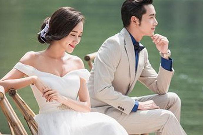 拍一套唯美浪漫的结婚照已经成为每对新婚夫妇婚姻中不可或缺的一部分。结婚照可能一生只拍一次。拍婚纱照衣服怎么选,如何选择结婚照已经成为很多新人头疼的问题。
