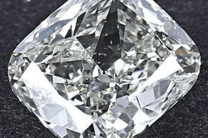 越来越多的女性注重精神文明的享受。购买钻石珠宝的人越来越多,就连男性也有的人非常热衷于钻石,钻石是极其美丽的东西,能够打造出光彩夺目的首饰,市场上的钻石珠宝种类样式也丰富多彩,当然钻石也有真假之分,当代流行的钻石牌子也是各种各样,当今比较流行的一款钻石——钻石谷,那么很多人就想知道钻石谷的钻石是真的吗?今天中国婚博会的小编就带大家一起了解一下吧!