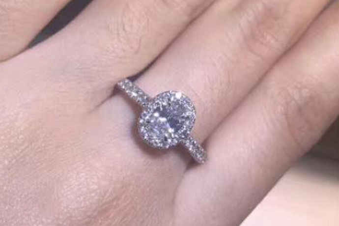 我们都知道在当今的珠宝行情中有很多钻戒品牌受到大家欢迎。钻石戒指对每个女性来说都是非常的有吸引力的。那么在众多的品牌中,你一定听说过蒂芙尼吧!今天中国婚博会小编就带大家一起来了解一下蒂芙尼钻戒怎么样。