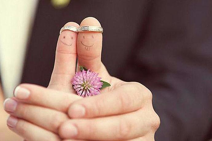 放大后的婚纱照是新郎新娘后期拍摄的最重要的照片,自然需要挂在婚房的墙上,以展现新郎新娘的优雅风度和魅力。那么,结婚照怎么挂呢?需要使用哪些工具呢?