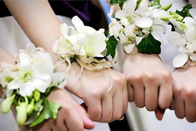 现在年轻男女结婚十分注重形式,结婚当然缺不了伴郎、伴娘们。在婚礼上,伴郎伴娘的服饰也是有要求的,为了不弄出笑话,最好提前准备,大家知道伴娘胸花带哪边吗?今天小编就为大家解答一下,伴娘胸花带哪边。
