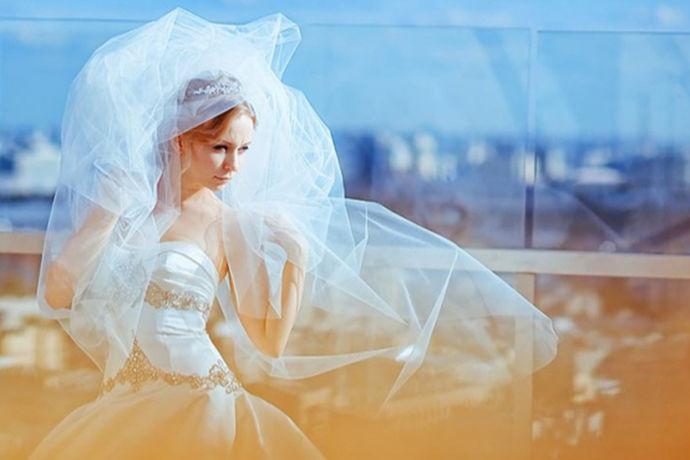 对于新人们来说,找到一家合适的婚纱摄影机构是非常重要的事情。许多人一生可能就只能够拍摄一次婚纱照。因此,新人们往往想要选择自己最中意的那一家婚纱摄影机构拍摄。可是,由于市场太过火爆,人们对于挑选婚纱摄影机构非常头痛。婚纱摄影机构那么多,套餐更是让人眼花缭乱,不知道该如何选择。不过,吉林的新人们不必担心,吉林市婚纱摄影机构有几家还是非常不错的。