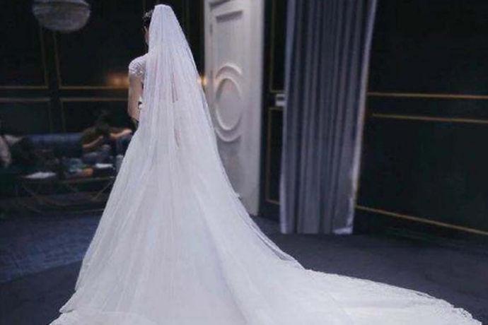 现在的新人们在举办婚礼的时候,新娘都是要穿上美丽的婚纱礼服的,有些人喜欢在婚礼前预定好婚纱,但是大部分人还会选择婚纱租赁,这样的方式会比较的划算。