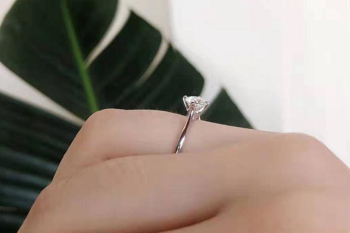 每个很多人都喜欢钻石,因为钻石给人一种高级感的感觉,而且还能修饰我们的气质,还可以让我们有更加迷人的韵味。很多人喜欢用钻石来当饰品,比如说钻戒,钻石项链等等,特别深受女生的欢迎。下面就和小编一起看一看钻石哪个级别最好这个问题吧。