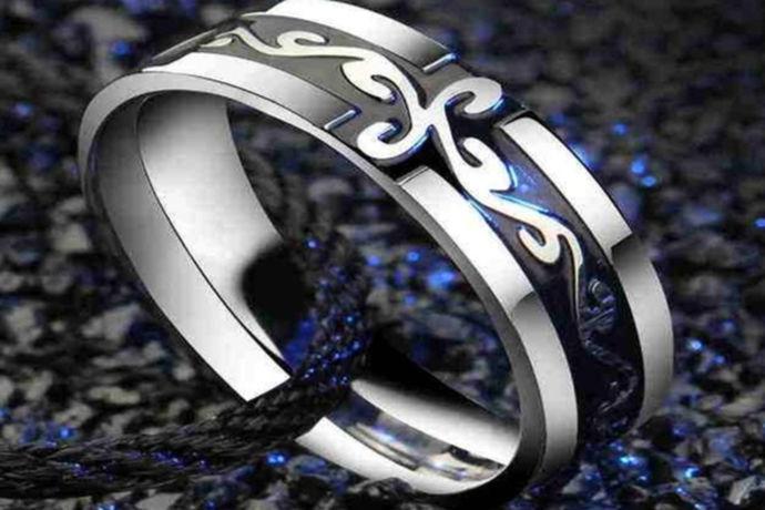 戒指的中性风格使成为非常流行的时尚单品了。,随着社会经济的发展,时尚元素呈现多元化的发展,因而不仅有很多女性朋友开始佩戴戒指,男士也开始佩戴戒指了。