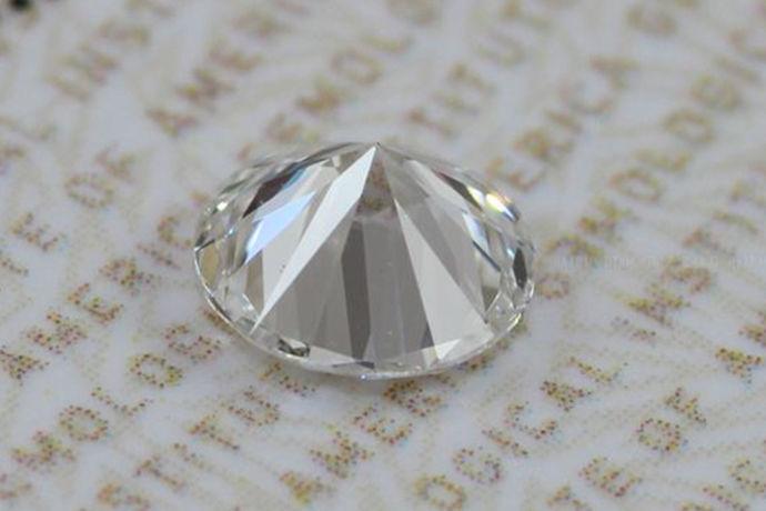 爱情是人一生非常重要的一种情感,人们总是喜欢把爱情寄托在很多东西上面,像红豆代表相思的爱情,钻石代表永远不变的爱情。其中喜欢钻石的人是非常多的,那么你觉得钻石vs2的净度怎么样呢?接下来小编就带你了解一下吧。希望可以帮到大家哦。