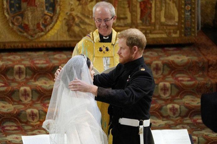 教堂婚礼由于给人一种严肃崇高的感觉,因此现在越来越多的年轻人加入了西式婚礼的队伍中。但西式婚礼是西方传统的结婚仪式,我们对其流程往往知之甚少。