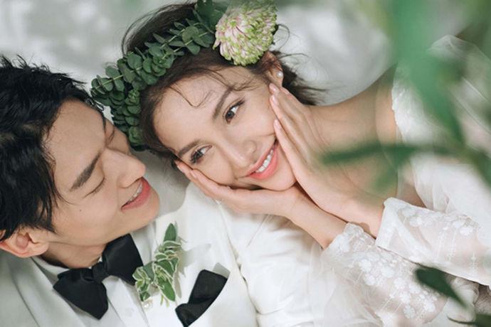 随着时代和科技的发展,越来越多的新人在婚纱的选购或者摄影方面都有了自己的想法,传统的婚纱摄影已经满足不了当代的新人,于是越来越多的婚纱影楼迎合当代新人的口味,受到了新人们的欢迎。一个良好的服务团队,以及创意大胆的婚纱照,一个好的正规的婚纱摄影公司,完全可以帮助新人们做到以上几点,给他们一套好看的终身难忘的婚纱照。