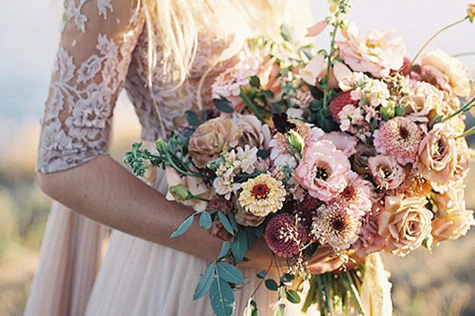 所有女孩都有一个公主梦,她们希望长大之后能穿上漂亮的婚纱,嫁给她们心爱的王子,从此以后过上幸福快乐的生活。什么样的婚纱才是漂亮的婚纱呢,才是梦想中的婚纱呢?下面我们来详细介绍一下:漂亮的婚纱图片,为您推荐9种款式漂亮的婚纱,希望您会喜欢。