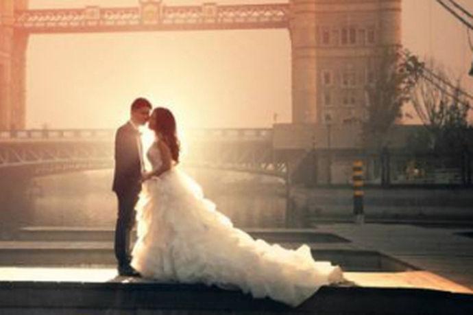 拍摄婚纱照是很多新人梦寐以求的事情,并且拍摄婚纱照是一个人结婚之前最重要的一件事情,为了能够拍摄美好的婚纱照很多人都不断地在各种婚纱店里进行询问和挑选。但是市场上很多婚纱照拍摄机构鱼龙混杂很难通过自己的眼光找到适合自己,并且质量很高的婚纱照拍摄机构。那么在遵义拍婚纱照哪家最好呢?