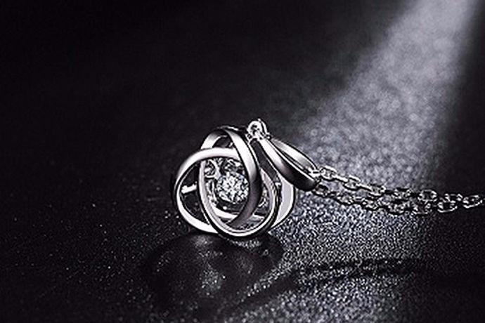 钻石是每个女人都向往的首饰之一,钻石制品也都非常受广大女性欢迎,那么大家除了最关心的钻石戒指多少钱以外,还会有许多漂亮小姐姐关心钻石项链多少钱?一条钻石项链肯定要比黄金白银之类的项链要漂亮的多!那么就由中国婚博会小编带你了解一下钻石项链多少钱吧!