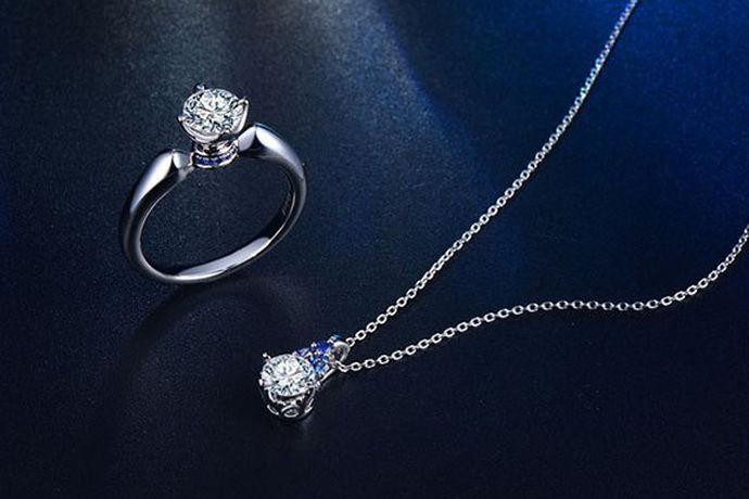 乍暖还寒,人们开始脱去身上臃肿的大衣,摘下伴随整个冬季的围巾,露出优雅的锁骨,柔美的脖颈。女生天性就是爱美的,那么对于爱美的女人来说,必不可少的就是首饰品。首饰的最高境界差不多就是钻石了,因此相信很多女性朋友会对钻石首饰情有独钟,其中,一条钻石项链就是不错的选择。那么,钻石项链多少钱一条,你知道吗?
