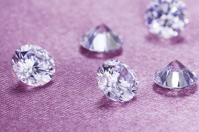 相信很多人对钻石是有很高的要求的,它在生活当中非常的受欢迎,不仅可以购买钻石来作为首饰,也有很多人是为了收藏才购买钻石的,所以如果用来收藏的话,就需要买一些品质比较好的、体积比较大的钻石了,这样才具有很高的收藏价值。所以在这之前需要了解一下钻石的净度等级划分是什么样的情况,才有利于购买到比较好质量的钻石。