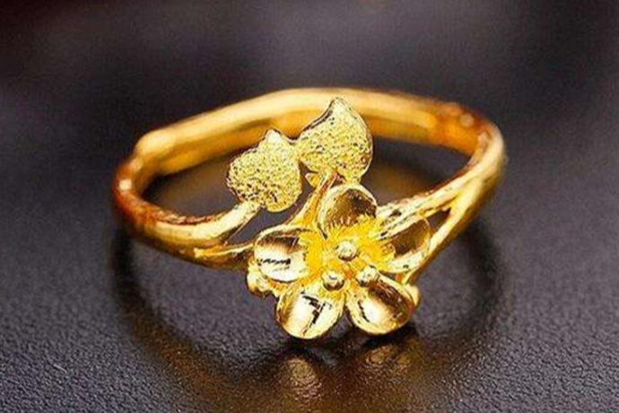 虽然现在是白金市场走俏的时代,但是最受人们喜欢还是黄金首饰,没有一种材质可以替代黄金,黄金首饰可以说在人们心中的地位似乎不可撼动。下面小编就来给大家介绍一下一个金戒指多少克?