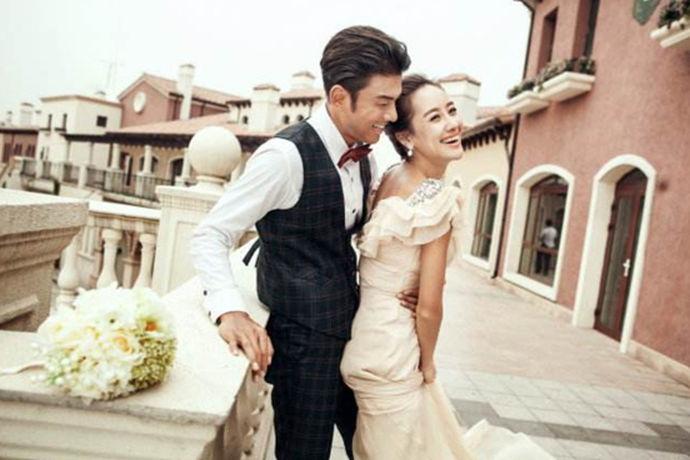 在拍婚纱照的时候,很多新人会感觉到突然地手足无措,不知道到底怎么拍婚纱照好看、要该怎么去摆婚纱照拍摄姿势,所以先了解好肢体动作能助新人们事半功倍,并在拍摄中更能体现出你自然和美丽的另一面,下面给大家介绍拍婚纱照常用的姿势动作吧,让你感觉原来拍照这么简单哦!