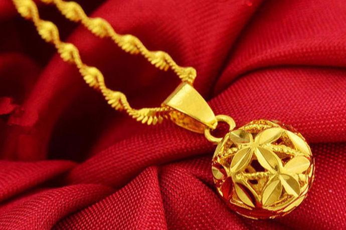 黄金不管是作为饰品还是收藏的珍贵金属资源来说,都是非常受人们欢迎的,黄金自古以来就象征着一种权势和地位,当然还有金钱的象征。黄金首饰也是非常常见的,常见到就是黄金项链、黄金手链或者黄金耳环,其实还有一种比较特殊的饰品,那就是吊坠,黄金吊坠为人们带来了很大的便利,因为其是可以随意搭配的,对很多女孩子来说就不用去买黄金项链了,直接换吊坠就可以了,那就是黄金吊坠怎么绑?小编今天就带大家一起来了解一下吧。