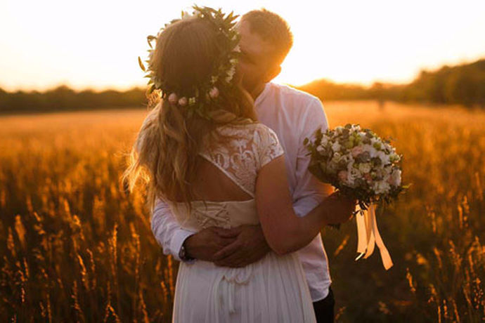 拍完结婚照后,新人应该选择结婚照,其中选择主要的结婚照是很重要的,要注意,不要说你喜欢哪一张就选哪一张。以下是选择主婚纱照分享给即将选择主婚纱照的新人的禁忌!