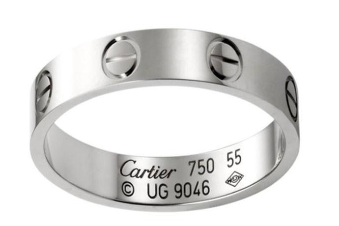 关于戒指大多数人会选择在不同的场合戴不同的戒指,所以说戒指的选择尤为重要,一定要选择自己喜欢的戒指。那么卡地亚经典戒指多少钱呢?