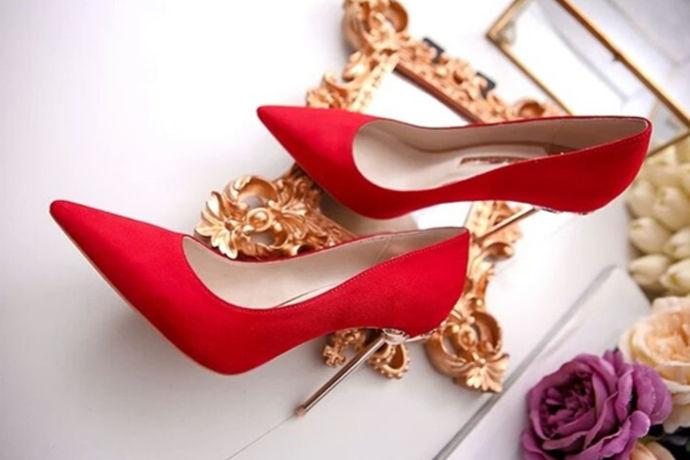 1、根据新娘礼服款式和颜色选择婚鞋的款式和颜色,白色婚纱可以搭配白色、金色、银色的婚鞋。秀禾服或龙凤褂等中式礼服可以搭配红色婚鞋。2、考虑到婚礼当天新娘要长时间站立,建议跟高选择5-10公分为宜的高跟鞋。3、选择材质柔软、透气性好的高跟鞋。4、新郎的婚鞋则通常为黑色或白色皮鞋。