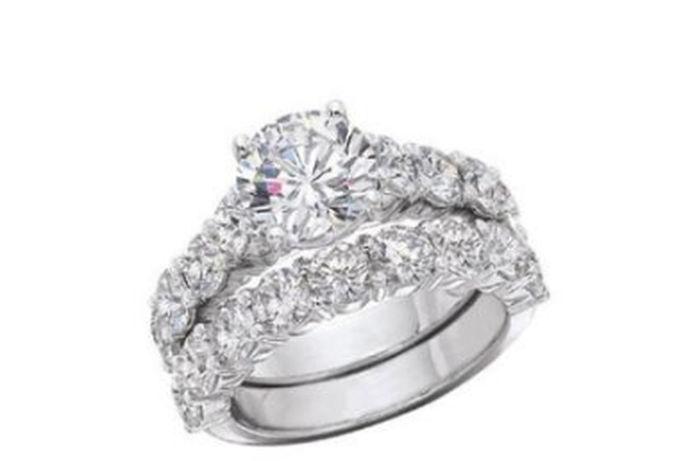 结婚戒指承载着这对夫妇一生的幸福。戴上结婚戒指就像带着幸福。你们将一起变老,永不分离。你怎么能选择这么重要的结婚戒指呢?