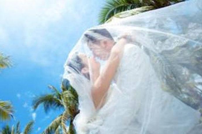 三亚是一个非常适合拍摄婚纱照的地方,那边有蔚蓝的大海,晴朗的天空和细腻的沙滩。可以说是很多情侣拍摄婚纱照外景的必选地之一。因此三亚有很多的影楼可以供想要拍照的新人选择。那么三亚哪家影楼拍婚纱照好?