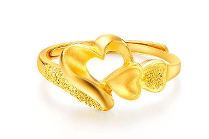 有报告指出,我国的珠宝首饰销售量在逐年上升,其中,黄金首饰占了销售额的一半。由此可见,黄金已经越来越受人们的青睐,成为越来越多人的宠儿。这些黄金首饰的品牌为了利益,不仅将市场面向于富翁,也面向于一般的工薪族。那么,一个黄金戒指多少钱呢?接下来,就让中国博婚会小编来为您科普一下。