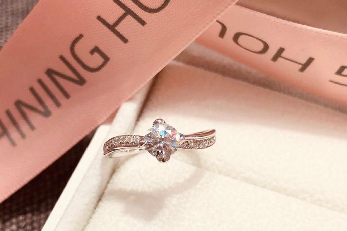 结婚首饰买什么没有具体的规定,主要根据新人的预算和喜好决定。多数新人会购买钻戒、结婚对戒、三金或五金首饰等。