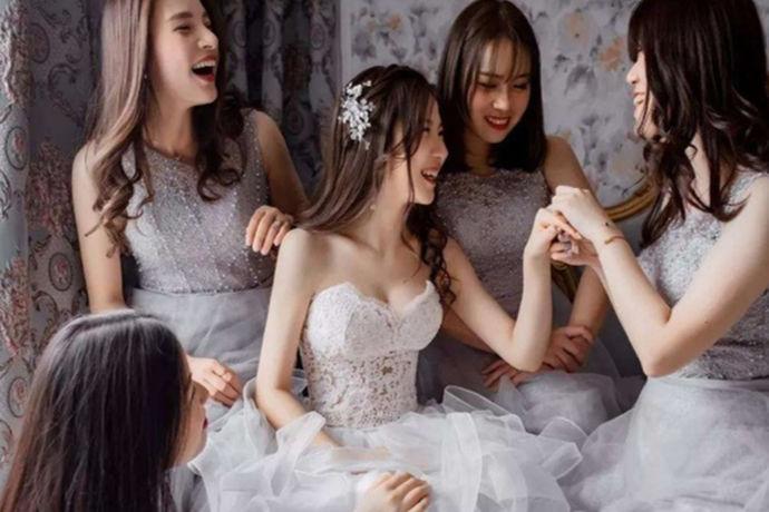 """选择伴娘和伴郎是许多新婚夫妻头疼的问题。兄弟姐妹有很多,却不知道怎么选择最合适。而这些奇奇怪怪的习俗里就有一条是""""伴郎和伴娘必须未婚"""",那么,结婚的人可以当伴娘吗?"""