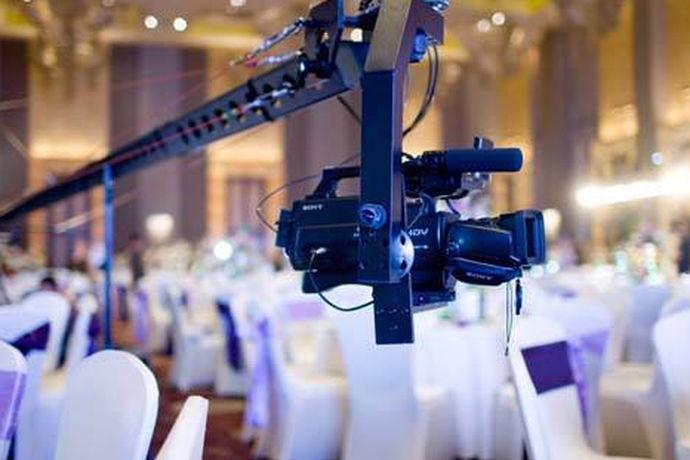 在举办婚礼的时候,新人们往往会要求婚庆公司派一两名摄影师来现场拍摄。但是,摄影师们拍摄的费用却由于近些年的物价涨的非常厉害。在前些年,1000多元的拍摄费用就已经显得非常多了。但如今,婚礼摄像的价格已经最起码是它的三倍不止。婚礼摄像多少钱?这其实主要是看摄像师的段位、拍摄器材、拍摄时间、后期服务等因素决定。因此,虽然基础费用已经上调,但其他因素也会导致摄像费用再整体上升。