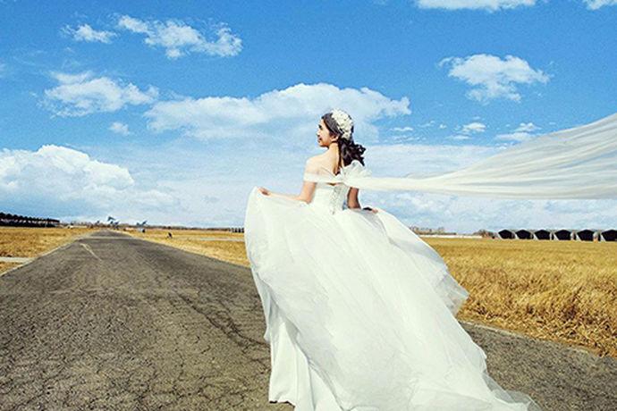 每个女孩在很小的时候梦想着自己是以为公主,因为不仅有白马王子,还有美丽的裙子,长大之后,女孩子就梦想着有一个浪漫的婚礼和美丽的婚纱,可见婚纱对于女孩子的重要性。