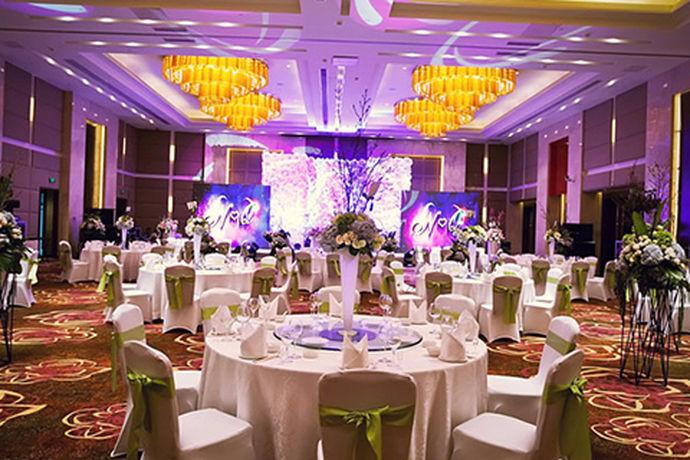 婚宴作为婚礼的重要组成部分之一,一直受到人们的关注。婚宴的好坏直接影响到宾客对此次婚礼的评价,可以说婚宴对于一场婚礼来说是至关重要的。婚宴的举办场所有很多,在家,在饭店,在酒店都是可以举办婚宴的。对婚宴预算的多少,决定了婚宴的档次水平。近年来,越来越多的人开始注重婚宴的档次水平,会选择去酒店举办婚宴,使自己更有面子。今天小编就和大家一起来看看邯郸适合办婚宴的酒店。