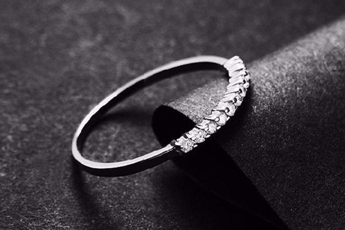 说起钻戒,相信大家都并不陌生。戴在女士手上的,闪闪亮亮的,镶嵌着钻石的戒指就是钻石戒指,或许钻石戒指给人的第一感觉就是闪闪亮亮了。钻石是自然界形成的最坚硬的矿产,是一种在自然界中极难形成的存在,钻石必须在高温高压的条件下才有几率形成,所以极为稀有。钻石拥有良好的透光性,而且及为坚硬,较为稳定,用作结婚钻戒就象征着忠贞不渝的爱情,钻石亘久远,一颗永流传。用钻戒当做结婚戒指是再好不过的选择了。