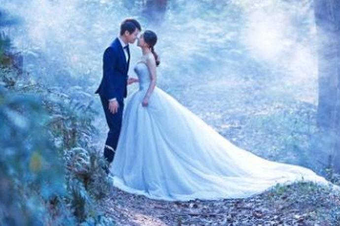 结婚的必经阶段就是拍摄婚纱照,他见证了一对新人的爱情,展现了他们最美最幸福的时刻。那么了解好当地的婚纱照摄影价格就是前期准备工作中必不可少的环节。无锡当地的婚纱照价格到底怎么样呢?接下来就有中国婚博会小编为您一一解答。