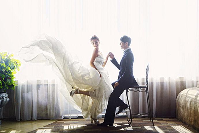 婚纱店的确是少女的天堂啦,一到婚纱店就感觉到一股浪漫的气息扑面而来了,婚纱不仅仅好看,它还代表着对爱情的一种憧憬,婚纱店在大街上都会看到,里面琳琅满目的婚纱店也非常的吸情,那么今天小编今天来为大家介绍的就是婚纱店哪家好三亚,希望能给大家提供一些参考内容哦。