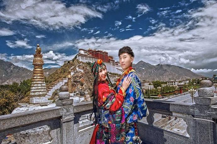 拍婚纱照已经是结婚的一个重要环节,现在拍摄婚纱照也是很常见的一件事情,有时我们可以看到新人在拍摄婚纱照,有时也可以看到恩爱的情侣在拍摄婚纱照那么婚纱拍得好,并且国内是否有适合拍摄婚纱照的地方呢?婚纱照拍得好与坏,是否会影响新人结婚的心情。接下来跟随中国婚博会的小编一起了解婚纱照拍的好或者不好又有怎样的故事。