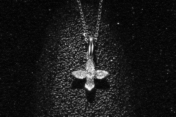钻石一直是爱情的象征,受到许多人的喜爱。不要看这么小的一颗钻石,它可以承载一个女人一生的梦想,是见证夫妻之间的感情,也可以突显一个人的气质。有许多首饰就是从钻石中衍生出来的。有钻石戒指,钻石项链,钻石手镯等等,他们不仅可以用来佩戴,而且可以用来投资。钻石项链能卖出去吗?4500钻石项链能卖多少钱?小编辑就带着大家去了解一下啦!