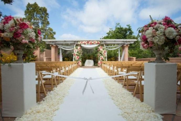 婚礼需要提前找好酒店、找好司仪、租好婚车、和婚庆公司联系布置好婚礼场地、准备好新娘的婚纱以及伴娘的衣服、还有新郎的西服和伴郎的衣服、还要找好化妆师等等。